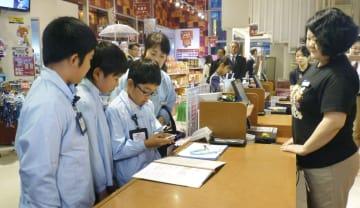 キッザニア東京の職業体験で、税務署職員として店舗の帳簿をチェックする小学生=12日午前、東京都江東区