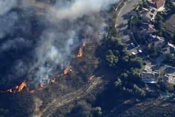 住宅街に迫る火の手(11月9日)(写真:AP/アフロ)