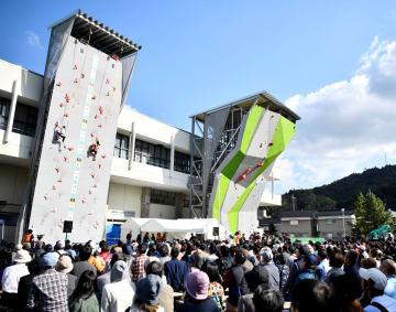 スポーツクライミングのアジア選手権の会場となった倉吉体育文化会館。左がスピード用、右がリード用の壁