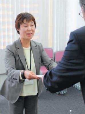 認定証を受け取る吉田理事長