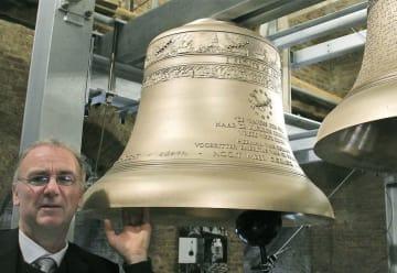 11日、ベルギー・アールスコートの教会に設置された「日本の鐘」(共同)