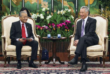 12日、シンガポールで、リー・シェンロン首相(右)と会談するマレーシアのマハティール首相(ロイター=共同)