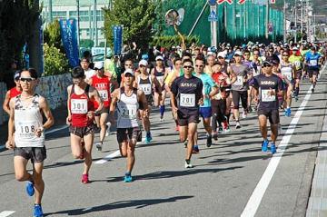 【一斉にスタートしたハーフマラソンの参加者(11日、和歌山県白浜町日置で)】