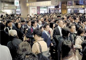 地下鉄南北線の遅れで入場が規制され、通勤・通学客で混雑する泉中央駅構内=12日午前8時30分ごろ、仙台市泉区