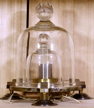 公開された「日本国キログラム原器」
