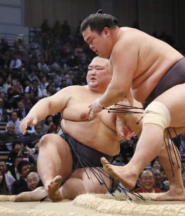 妙義龍(右)に寄り倒しで敗れた稀勢の里=福岡国際センター