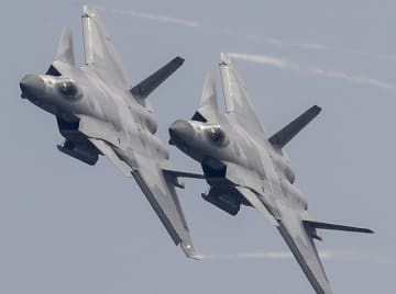 殲20戦闘機、空軍成立記念日を祝う