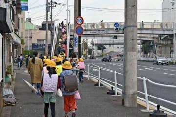 事件を受け、教員や保護者らが児童の下校に付き添った=横浜市神奈川区