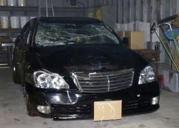 土手下に転落した乗用車=12日午後11時38分、鹿児島県警日置署