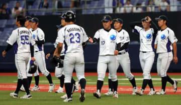 【JFE西日本―三菱重工名古屋】延長十三回の末、惜敗し、整列に向かうJFE西日本ナイン