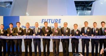 開幕式典に臨む経済部の沈栄津部長(左から7人目)と関係者=12日、台北(台湾松下電器提供)