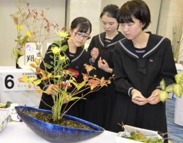 全国大会で花を生ける(左から)中島さん、小島さん、岡田さん