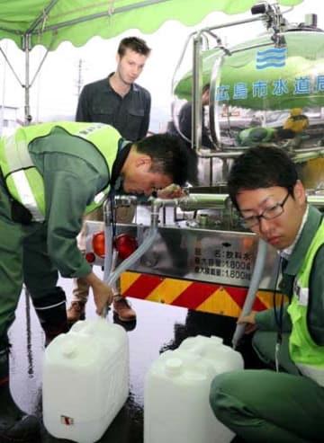 給水活動をする広島市水道局の職員