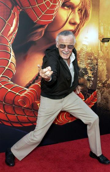 2004年、映画「スパイダーマン2」のプレミアでポーズを取るスタン・リー氏=ロサンゼルス(AP=共同)