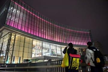 女性に対する暴力根絶を願い、紫色にライトアップされるアイーナ=12日、盛岡市盛岡駅西通