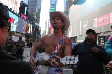 タイムズスクエアの名物、ネイキッドカウボーイ。リクエストするとすぐに歌を歌ってくれる(photo: Yuriko Anzai / 本紙)