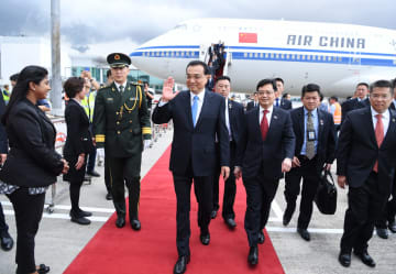 李克強総理、シンガポール到着 公式訪問とASEAN関連首脳会議に出席へ