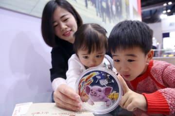 亥年記念の金銀製品、北京国際コイン博に登場