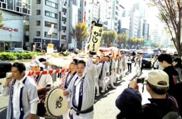 東北絆まつり東京でパレード 「わらじ」関係者40人参加