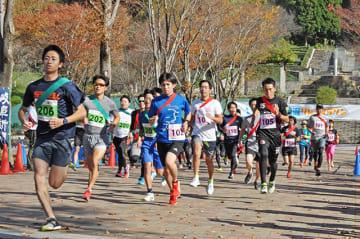 声援の中、スタートを切るリレーマラソンの第1走者=可児市瀬田、花フェスタ記念公園