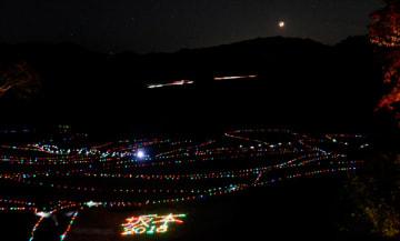 【キャンドル風LEDライトが並ぶ「棚田あかり」=亀山市安坂山町で】
