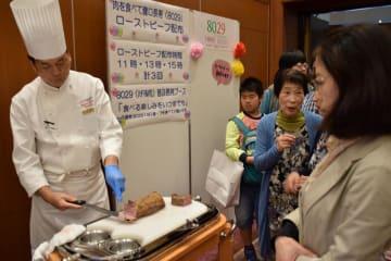 「8029(ハチマル肉)運動」をPRするため、ローストビーフの試食会などが行われた=11日、千葉市中央区