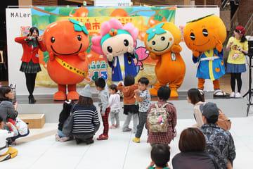 柿をPRする「もとまる」(左から2体目)らご当地キャラクター=本巣市三橋、モレラ岐阜
