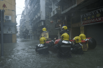 台風22号の影響で浸水被害の出たマカオ半島内港エリアで救援活動を行うマカオ保安部隊ら=2018年9月16日(写真:GCS)