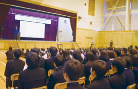 成田さんの講演を通して努力の大切さを学んだ「道徳授業」=幌別中
