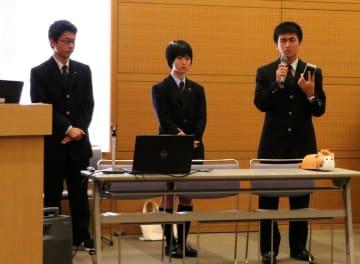 ナガサキャットを発表するハロゲンの3人=長崎市科学館