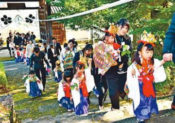 稚児 練り歩く 富山上行寺移転150年記念法要