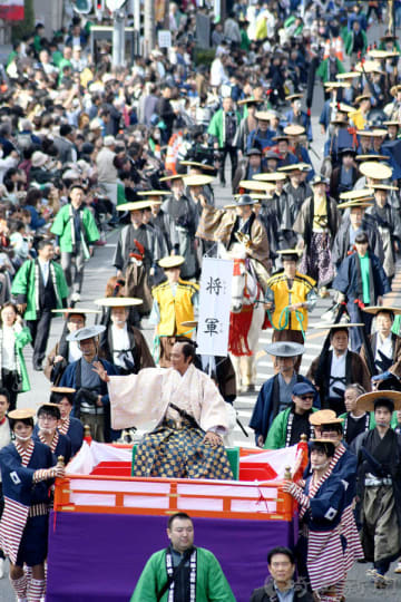 将軍役は俳優の原田龍二さん。沿道には幾重もの人垣ができ、行列に声援を送った=11日午前、川口市の本町大通り