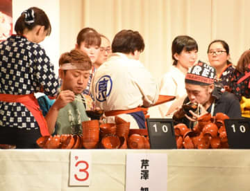 驚異的なペースで632杯を平らげ、初優勝を飾ったMAX鈴木さん(右)