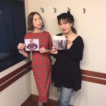 野宮真貴さん(左)と、番組パーソナリティの坂本美雨(右)