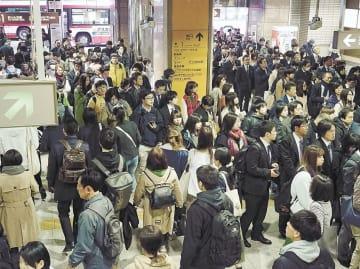 地下鉄南北線の遅れで入場が規制され、通勤・通学客で混雑する泉中央駅構内=12日午前8時40分ごろ、仙台市泉区