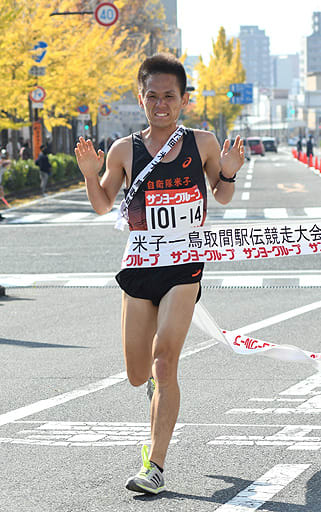 2年連続13度目の総合優勝を飾った自衛隊米子のアンカー森下真=11日、鳥取県庁