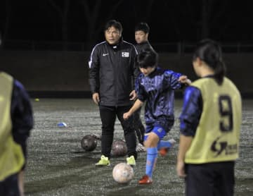 中学生に指導する手倉森浩さん(中央)