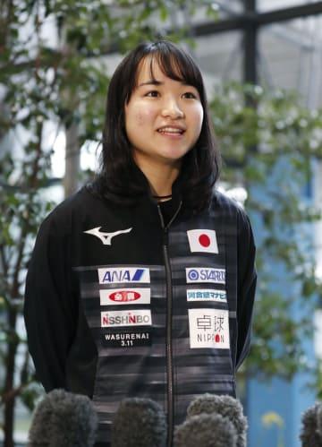 遠征先の欧州から帰国し、取材に応じる卓球女子の伊藤美誠=13日午前、関西空港