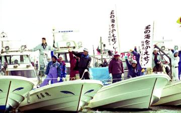 【写真説明】国営諫早湾干拓事業の中止を求め、大規模な海上デモを繰り広げる漁船=北高高来町地先