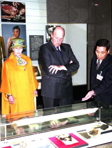 原爆の惨状を伝える展示品に見入るハラルド五世国王夫妻=長崎市平野町、長崎原爆資料館