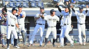 高崎市役所―関東西濃運輸 11回裏西濃2死満塁、東が四球を選び、サヨナラ勝ちで喜ぶ西濃ナイン=上毛新聞敷島