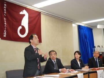 「一つ一つの生々しい証言を見過ごせない。国はろう者の社会資源を充実させる施策を進めるべき」と手話で語る石野理事長(12日午後0時9分、東京都千代田区・厚生労働省)