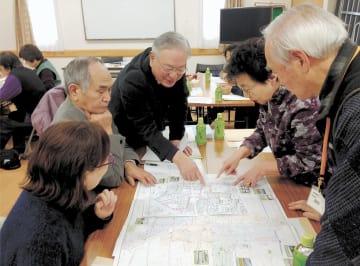 災害時の要援護者の支援に関し情報交換する町内会役員ら=1月、仙台市若林区の南小泉町内会館