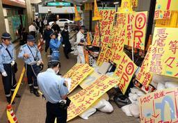 通路上を占拠して掲げられた看板=6月12日、姫路市南駅前町