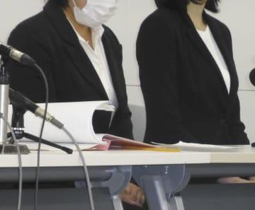 千葉地裁で開かれた第1回口頭弁論の後、記者会見する原告の女性2人=13日午前、千葉市中央区