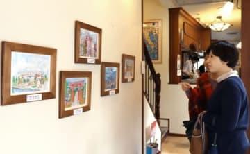 「0光年芸術展」で展示中の五十嵐京子さんの作品を眺める来店客=新潟市中央区弁天1のネーベデラルーナ