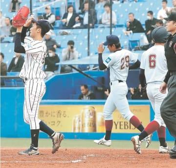 東日本国際大-近畿大 谷川の先制中前打で山川(6)の生還を許し、汗を拭う東日本国際大先発の船迫(左)