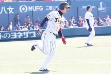 トライアウトでロッテ時代の同僚・成瀬から2塁打を放つ西岡剛【写真:福谷佑介】