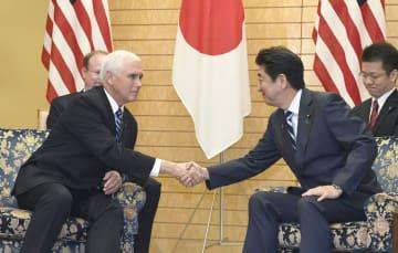 会談で握手するペンス米副大統領(左)と安倍首相=13日午前、首相官邸
