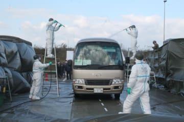 除染訓練では、バスに放射性物質が付着した想定で、水で洗い流した